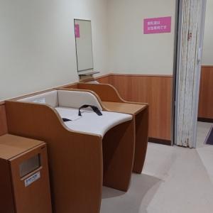 オムツ台と手洗い、奥に授乳室があります。
