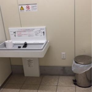 女子トイレ内に、オムツ替えシートとオムツ用ゴミ箱があります。