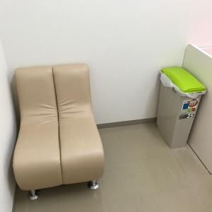 左手に椅子とオムツ用のゴミ箱