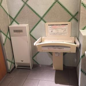 女性用トイレ内のおむつ交換台