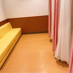 授乳室内に入ると右手にカーテンで仕切られた授乳室。