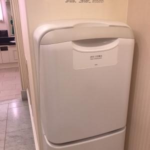 女子トイレ内のおむつ替え台。おむつ用ゴミ箱もあります