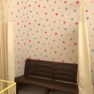 授乳室。カーテンは少し隙間が空いてしまいます。