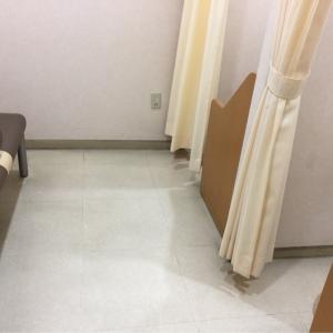 授乳室は入り口にカーテン、中に入るとさらにカーテンで仕切って2部屋個室になる感じ。左のソファもしようと思えばいい授乳できそう。