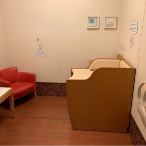 六本木ヒルズウエストウォーク(5F 多目的トイレ)の授乳室・オムツ替え台情報 画像1