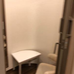 授乳室の中には椅子と棚と鏡がありました
