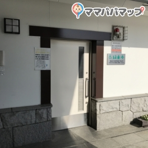 正門側駐車場 多機能トイレのオムツ替え台情報 画像1