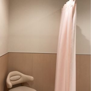 授乳室はカーテンで仕切るタイプ