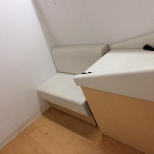 授乳室の中はオムツ台と長椅子