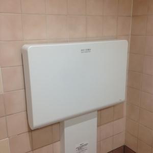 女子トイレ内に一台あり