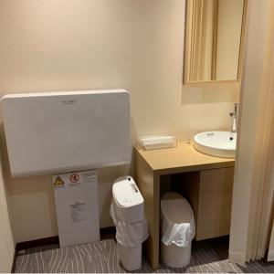 オムツ替え台と洗面台。石鹸はないが清潔