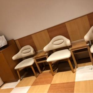 授乳室は入って右の壁際に3席、反対側に2席