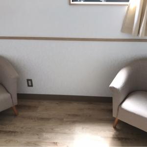 入ってすぐ椅子が2脚。ベビーカーも入りました。