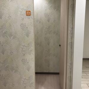 女子トイレ前にある授乳室。鍵がかかります。