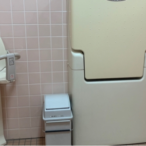 授乳室とは別に有るお手洗いは、広くてオムツ台もあり。