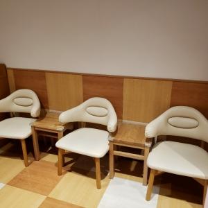 授乳室(椅子5つのうち3つ)