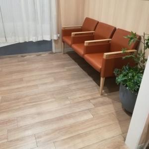 授乳室入口に椅子があります