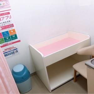オムツを替えたあとは、使用済みオムツを捨てることもできます。椅子に座って授乳できます。