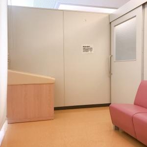 オムツ台は1台。外の女子トイレ前にもオムツ替え用のベッド有り。隣にキッズスペースも有り。