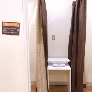 授乳ルームの中央に体重計あり、左右に授乳スペースがカーテンで仕切られている