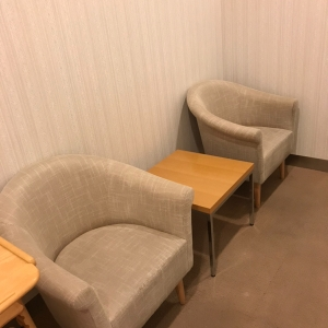 個室の授乳室手前の椅子2個。オムツ替えのところとカーテンで仕切ることができるので、授乳可能です