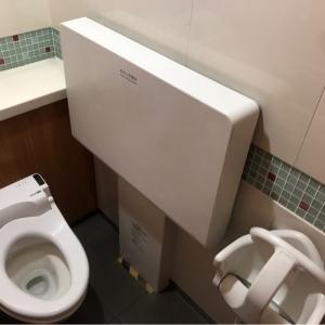女子トイレ一番奥個室内おむつ替え台