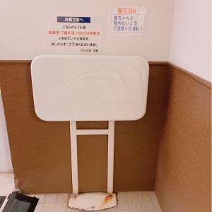 女性用トイレ入口 おむつ台