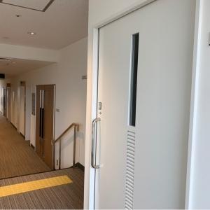 親子席、ステージに続きになってる2階席の扉、授乳室が並んでいます。