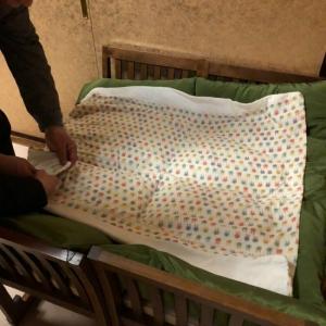 椅子と座布団でベッドを作ってくださいました!