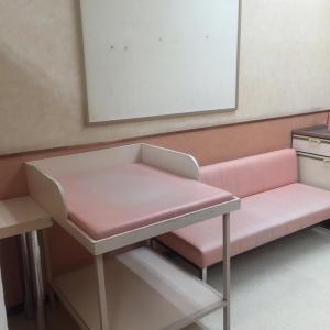 オムツ替え台とソファ