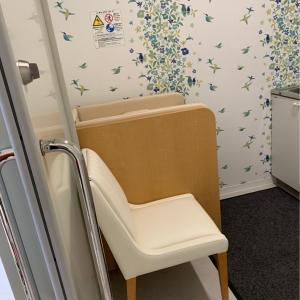 入って左側。椅子とおむつ台。