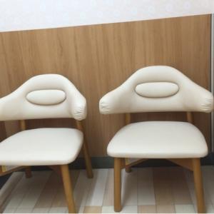 授乳椅子2個と長椅子が1つあります