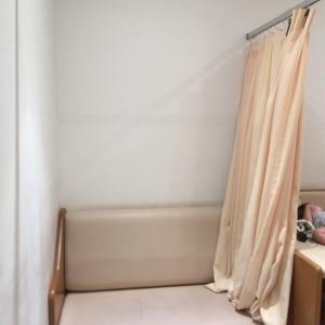 カーテンで仕切る授乳コーナー
