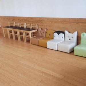 キッズスペースは結構広めで、小さな椅子やテーブル、少し本が置いてあります。