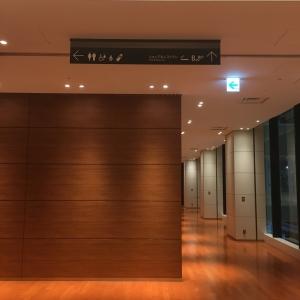 エレベーターを登って左に行って