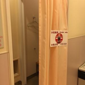 カーテンの先は女性専用の個室授乳室が2つ