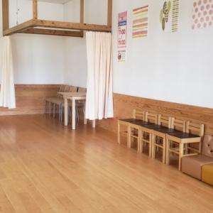 キッズスペースの一角に授乳スペース。カーテンで仕切る様になっていますが、椅子が4つあり、1人1人ではないのが気になりました。