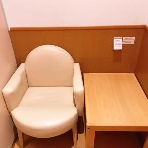 椅子とテーブルがあります。