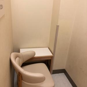 中は少し狭めで椅子と小さめのテーブルがある