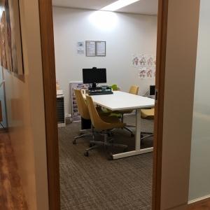 部屋は会議室の一室