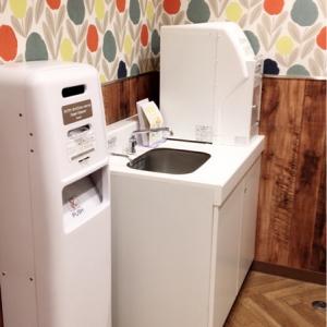 オムツ用ゴミ箱には、オムツ用ビニール袋あり。流しと調乳用のお湯もあります。