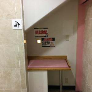 おむつ替えスペース。女性トイレの入り口入って左右に授乳とおむつ替えスペースがあります。