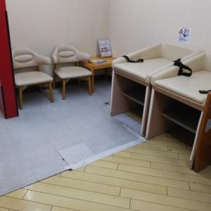 おむつ替え台の横に椅子あり
