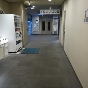 5階でエレベーターを降りたところ。突き当りを右に行った事務室の一角に授乳室があります。