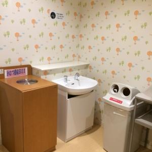手洗い用シンクとオムツ用ゴミ箱。