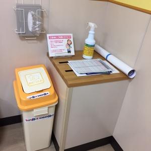 オムツ交換スペースのゴミ箱。オムツが匂う場合はゴミ箱上のビニール袋にオムツを包んで捨てる様子。