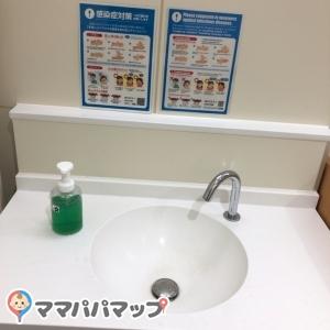 新宿御苑 レストハウス横トイレ(1F)の授乳室・オムツ替え台情報 画像2