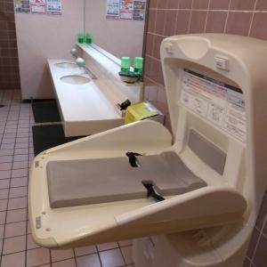女子トイレ内オムツ替え台