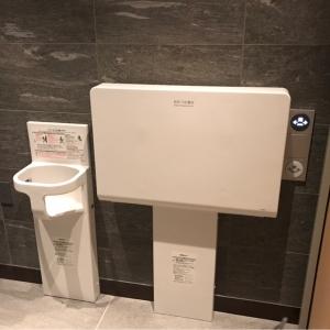 B1F多目的トイレのオムツ台