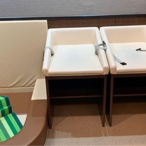 二つのおむつ台。右には着替え台。左は遊びスペース。